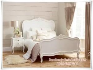 Dipan Tempat Tidur Kayu